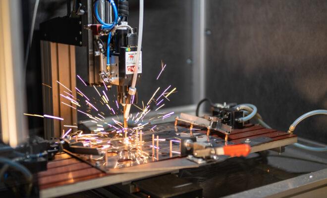 une machine réalisant un montage